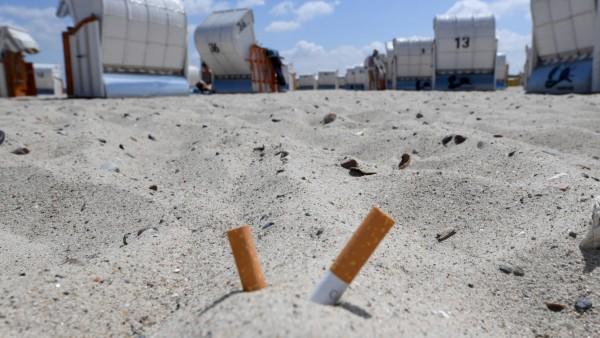 Zigarettenkippen am Strand