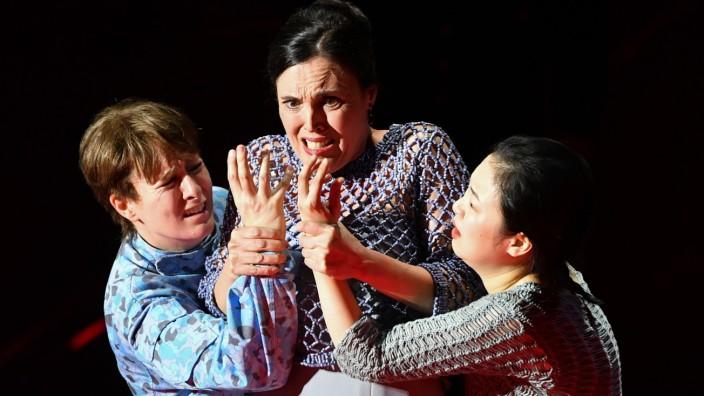 """Eine Szene aus der """"Idomeneo""""-Inszenierung der Salzburger Festspiele mit Idamante, Elettra und Ilia."""