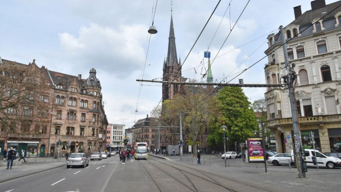 Saarbrücken - Eine Saarbahn hält an der Johanneskirche