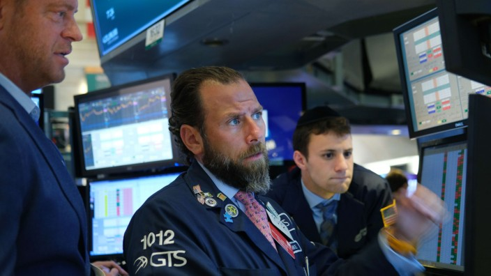 S&P 500 Briefly Reaches Past 3,000 For First Time As Fed Chair Hints At Rate Cut