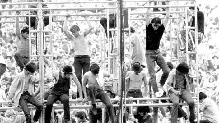1970 Woodstock Movie Set PICTURED Hippies climb band stand RELEASE DATE March 26 1970 MOVI