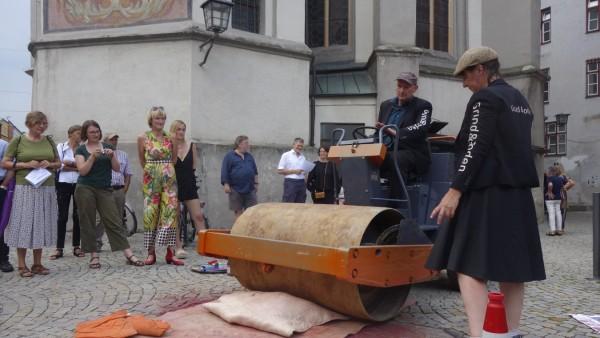 """Große Kunstausstellung Wasserburg  Duo """"Raum und Boden"""" erstellt auf der Straße Drucke mit der Planierraupe"""