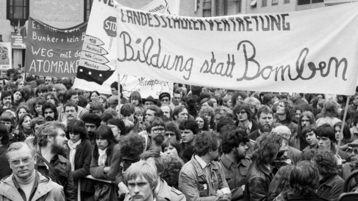 25.000 demonstrieren gegen Atomraketen und Neutronenbombe