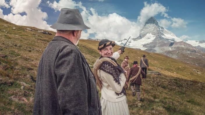Schauspielerin Corinne Thalmann zeigt auf das Matterhorn.