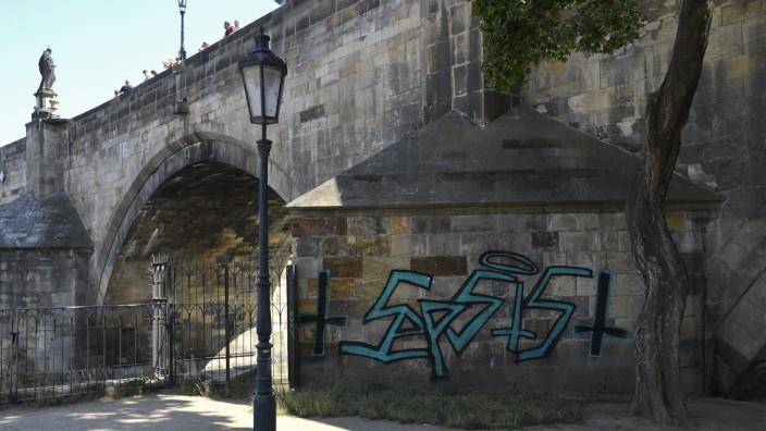 Deutsche sprühen Graffiti an Karlsbrücke in Prag