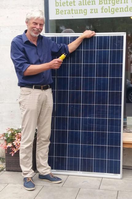 Gerd Mulert mit Balkonkraftwerk