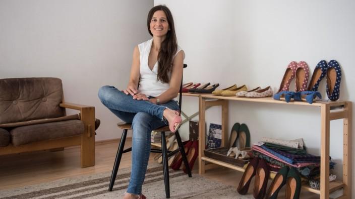 Mercè Gay de Cabanyes stammt aus Barcelona und kreiert Ballerinas, die mit handbedruckten Stoffen aus der Region überzogen werden.