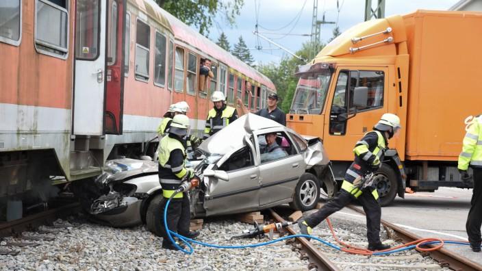 Ein Szenario, auf das sich die Münchner Berufsfeuerwehr vorbereitet: Ein Zug kollidiert mit einem Auto.