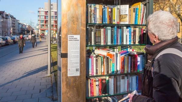 Oeffentlicher Bücherschrank vor dem Nordbad in München Schwabing