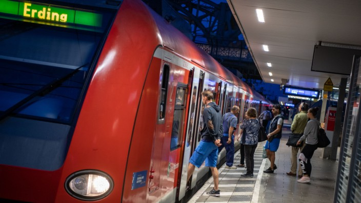 München: Eine S-Bahn steht auf der Stammstrecke an der Station Hackerbrücke