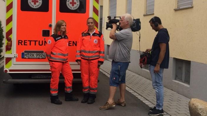 Von einer Anwohnerin zugeparkt und beim Einsatz behindert: die Sanitäterinnen Stefanie Weiller (links) und Carina Paulus.