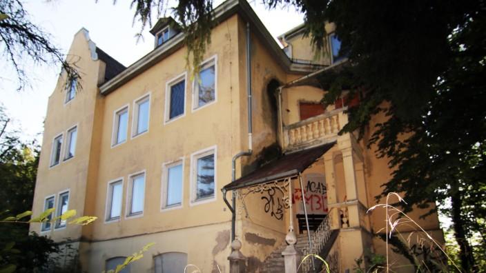 Alte Villa im Dornröschenschlaf; Leerstand in Starnberg