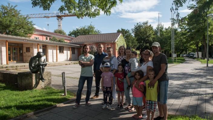 Betroffene Familien vor der Grundschule an der Torquato-Tasso-Straße 38