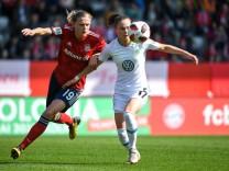 v li Carina Wenninger FC Bayern München FCB 19 Ewa Pajor Wolfsburg 17 im Zweikampf Duell