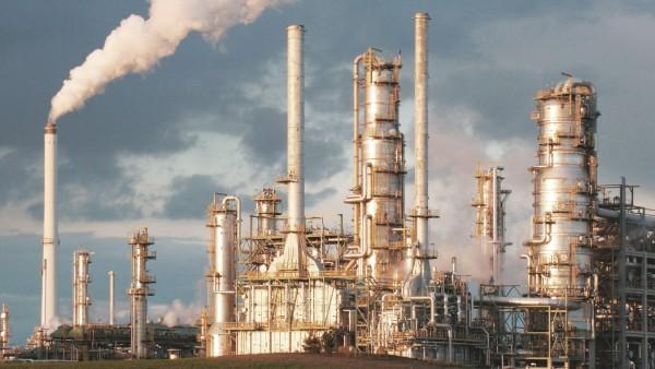 Total Raffinerie Mitteldeutschland Abendlicht Chemiestandort Leuna Leuna Sachsen Anhalt Deutsch