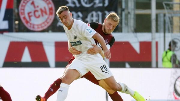 Philipp Foerster SV Sandhausen 28 im Zweikampf mit Hanno Behrens 1 FC Nuernberg 18 beim Spie