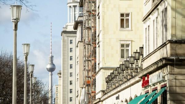 Fernsehturm und Fassaden in der Frankfurter Allee in Berlin am 9 Februar 2019 Karl Marx Allee in B