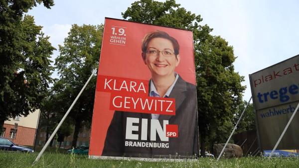 Wahlplakat der SPD mit Landtagskandidatin Klara Geywitz für die Landtagswahl in Brandenburg Pots