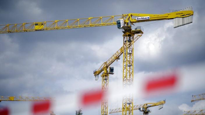 Baukraene hinter einem rot weissen Absperrband Berlin 10 08 2018 Berlin Deutschland *** Construct