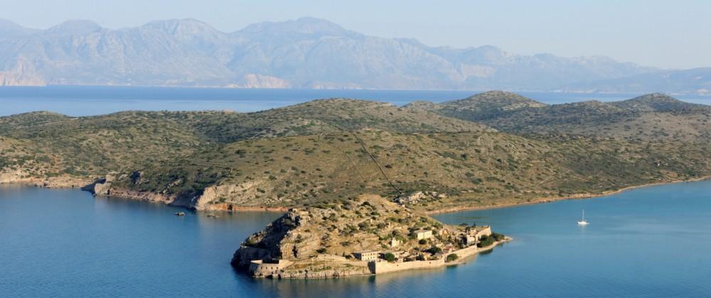Blick auf die kleine Insel Spinalonga, die vor Kreta liegt.