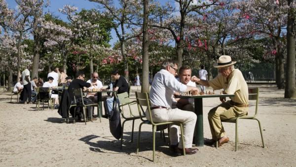 Rentner sitzen im Jardin du Luxembourg am Tisch und spielen Schach Frankreich Paris Old retired me
