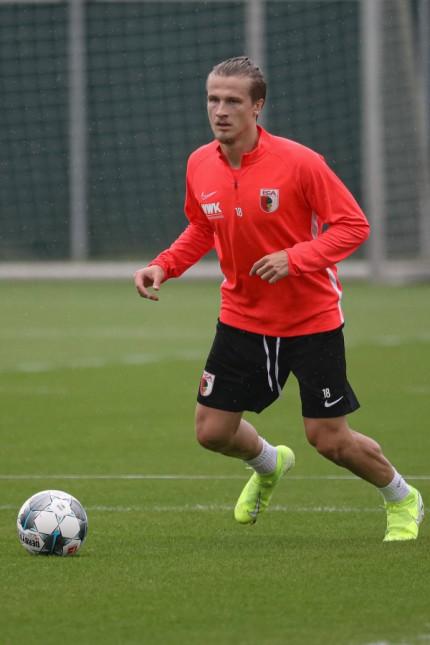 Neuzugang Tin Jedvaj FC Augsburg 18 spielt den Ball FC Augsburg Training Saison 2019 2020 ***