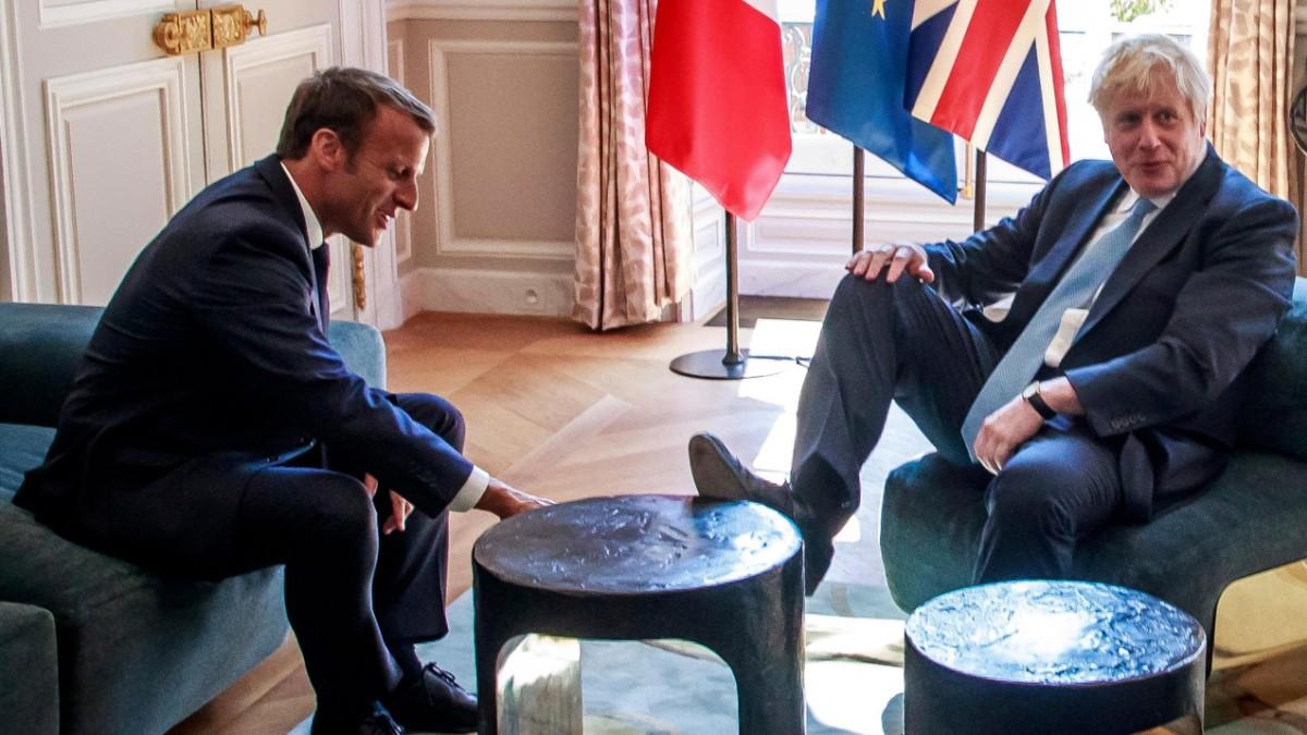 Boris Johnson legt bei Macron Fuß auf den Tisch