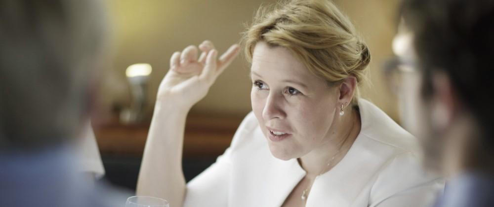 Sommerreise von BMin Giffey Bundesfamilienministerin Franziska Giffey SPD bei einer Gespraechsrun