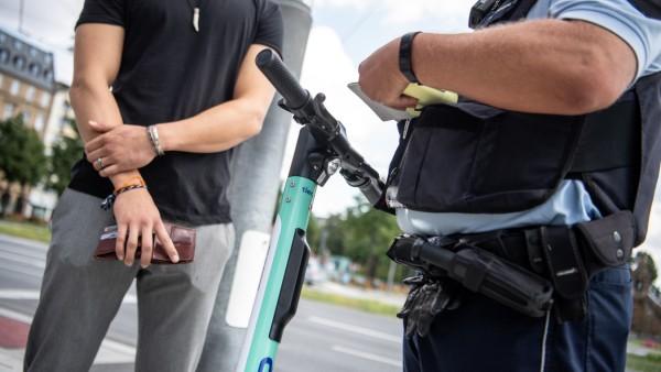 Polizei kontrolliert E-Scooter-Fahrer
