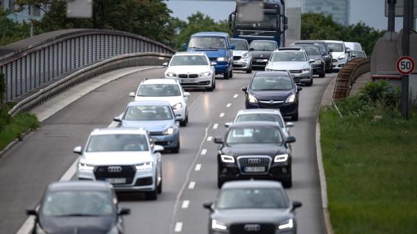 Immer weniger Autofahrer schalten selbst