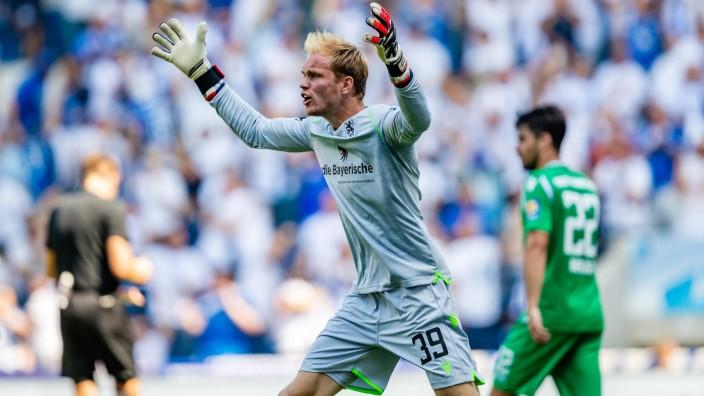 Hendrik Bonmann 39 TSV 1860 Muenchen verzweifelt mit der Abwehr beim 4 0 waehrend der Saison 201