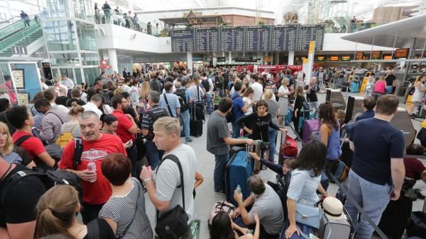 Tausende Passagiere warten im Flughafen München im Terminal 2.