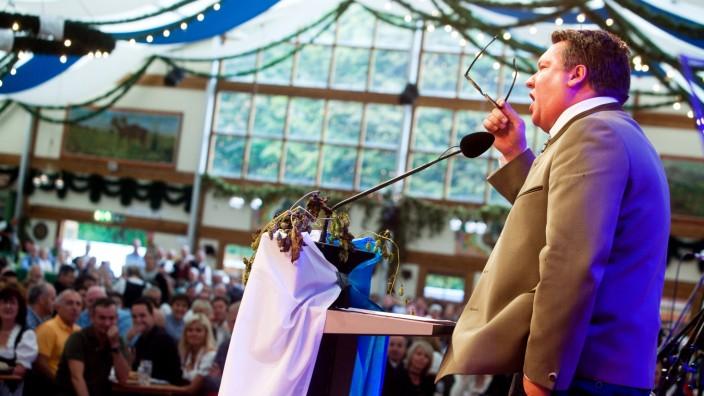 Helmut Schleich beim Anzapfen im Herzkasperlzelt auf dem Münchner Oktoberfest, 2014