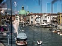 Brücke aus Glas: die Ponte della Costituzione über dem Canal Grande in Venedig