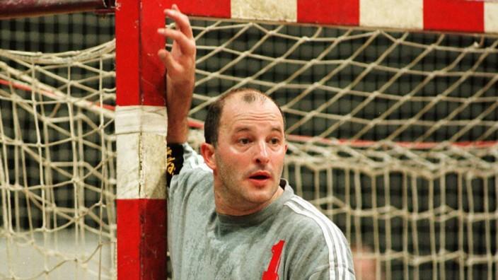 Der Essener Torhüter Stefan Hecker konzentriert am Pfosten; Stefan Hecker Handball Torwart