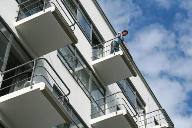 Besucher auf dem Balkon des Ateliergebäudes (Prellerhaus), Bauhausgebäude Dessau, Walter Gropius 1925/26