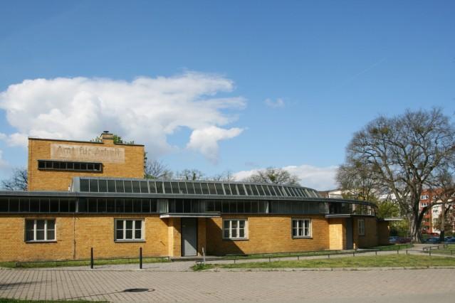 """historisches Arbeitsamt (1928âÄ""""29); Architekt Walter Gropius"""