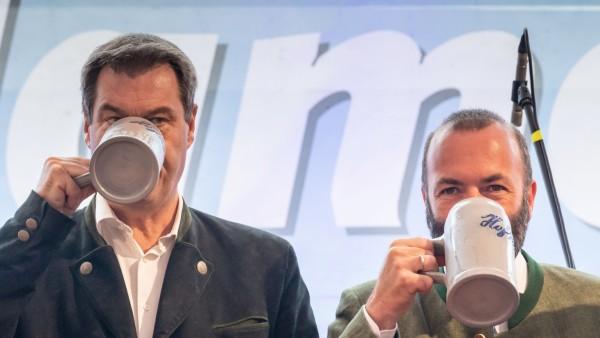 Ministerpräsident Markus Söder und Manfred Weber (beide CSU) beim Gillamoos-Volksfest in Abensberg