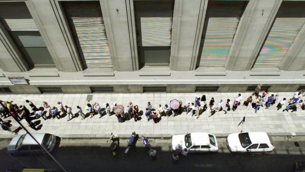 Menschen stehen Schlange für Dollar in Buenos Aires