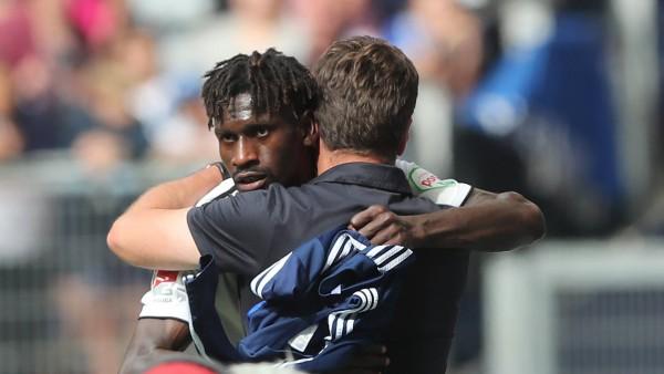 Auswechslung Bakery Jatta Hamburger SV Standing Ovations und hier im Bild Umarmung mit Cheftrain