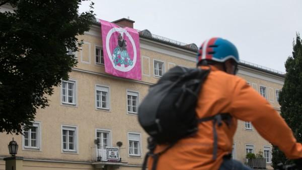Putin Plakat an dem Gebäude Prinzregentenstraße 65. Putin is peace