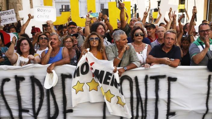 Regierungskrise in Italien - Anhänger der Fünf-Sterne-Bewegung in Rom