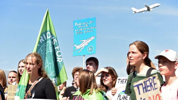 """Klimawandel: Demonstranten von """"Fridays For Future"""" am Flughafen Düsseldorf"""