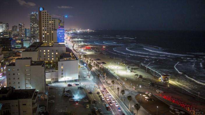 Blick auf Stadt und Strand im naechtlichen Tel Aviv 13 03 17 Tel Aviv Israel PUBLICATIONxINxGERxSU