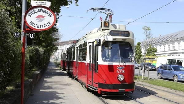 Straßenbahn Linie 18 in Wien Österreich PUBLICATIONxINxGERxSUIxAUTxHUNxONLY 1065502743