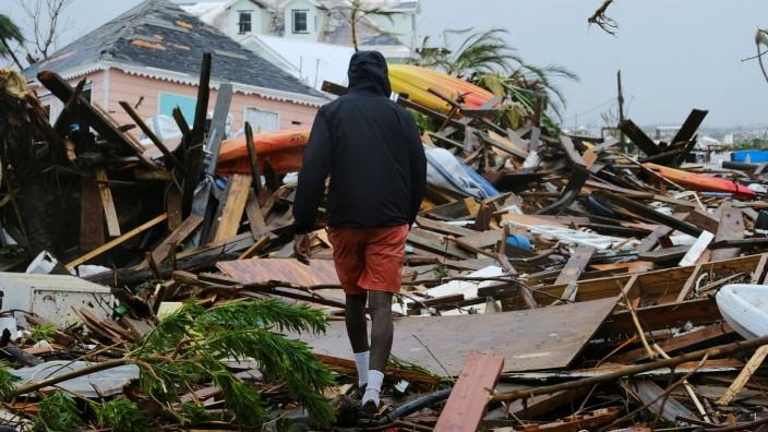 """""""Dorian"""" auf den Bahamas: Ein Mann geht durch Trümmern in in Marsh Harbour"""