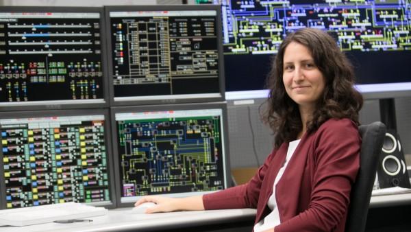 Stromingenieurin Timea Harmat während ihrer Schicht in der Leitstelle der Stadtwerke in der Emmy-Noether-Straße 2