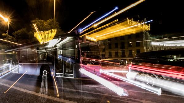 Öffentliche Verkehrsmittel in der Nacht fotografiert an diversen Haltestellen am Stachus.