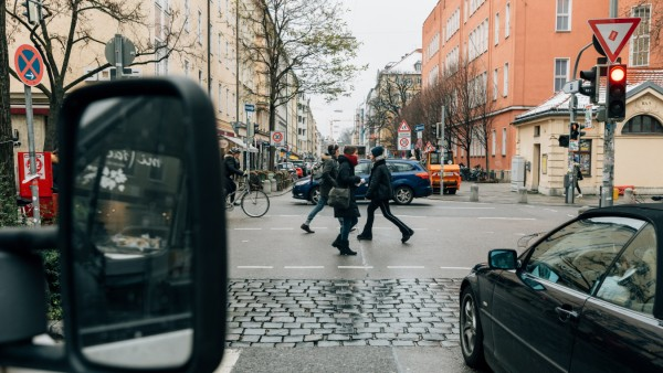 Straßenszene an der Ecke Türkenstraße / Schellingstraße am 12.12.2018 in München.