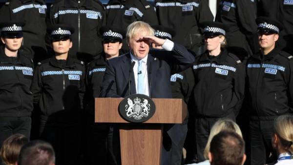 Boris Johnson spricht vor Polizisten in West Yorkshire